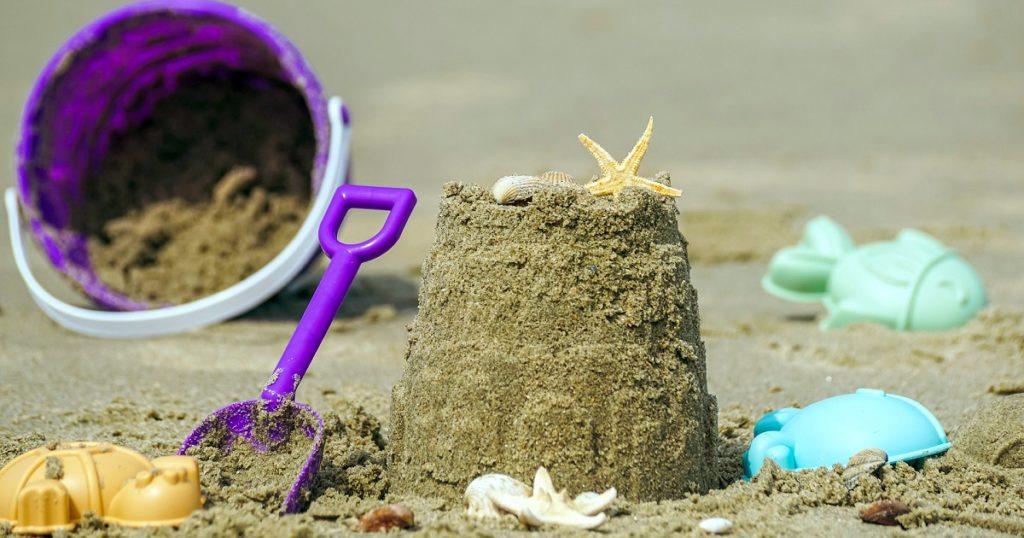 砂場に置いてある砂遊び用のおもちゃ