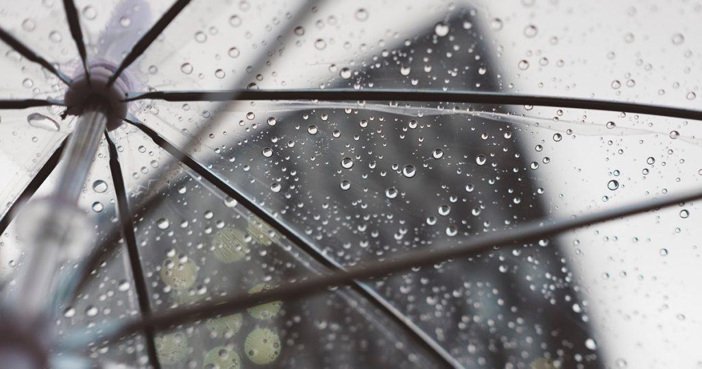 ビニール傘越しの雨空