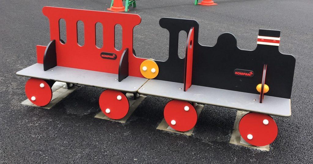 調布駅前にある蒸気機関車の遊具